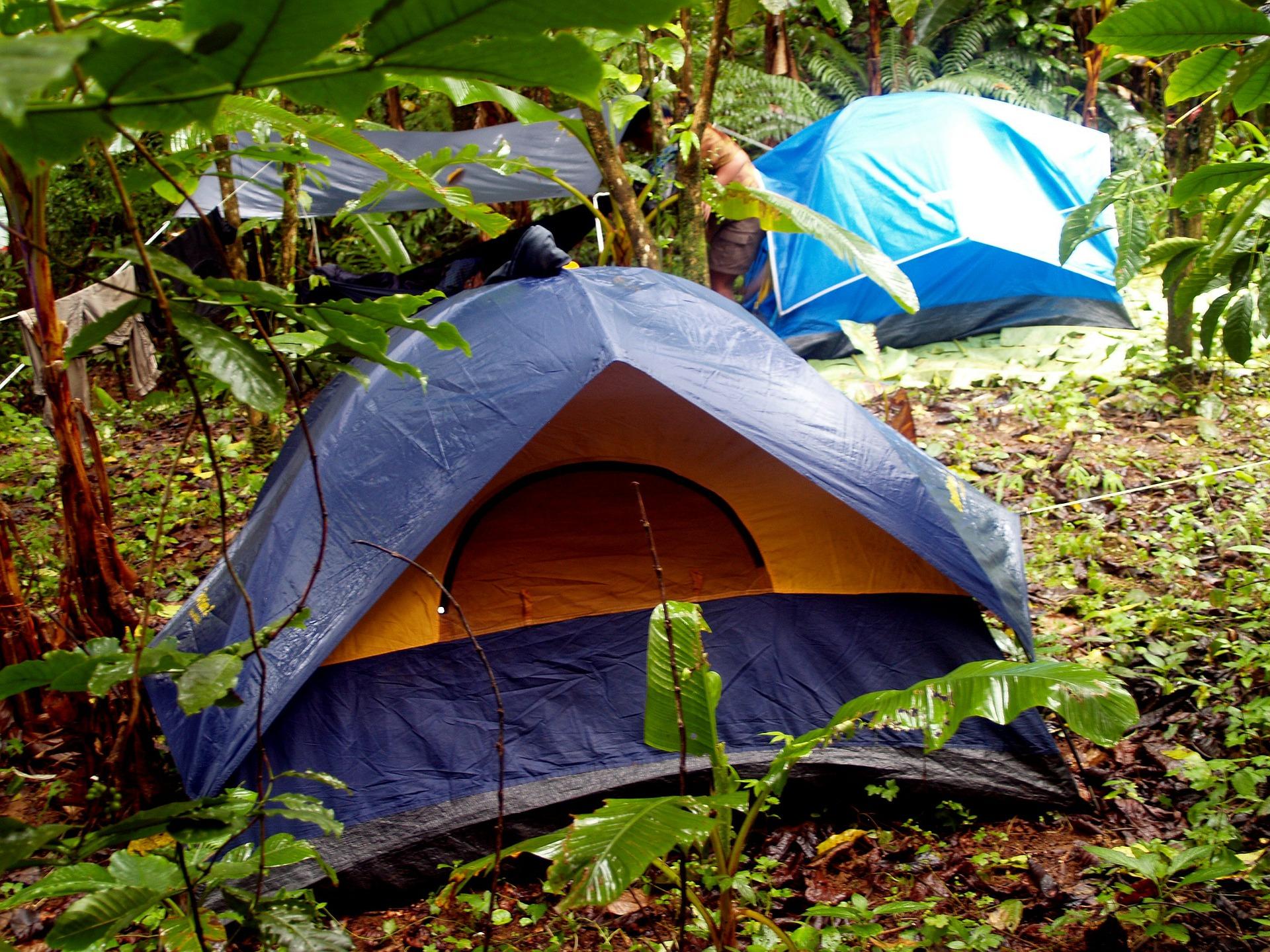 Dormir au sec pendant le camping sous la pluie